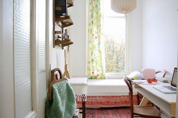 Kê một chiếc giường vừa vặn với không gian sẽ khiến cho căn phòng thêm phần rộng rãi. Nội thất căn phòng được tối giản hóa với những vật nhỏ nhắn. Một chiếc đèn treo tinh tế cho không gian thêm phần sang trọng.